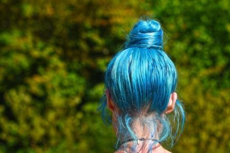chongo de cabello azul turquesa