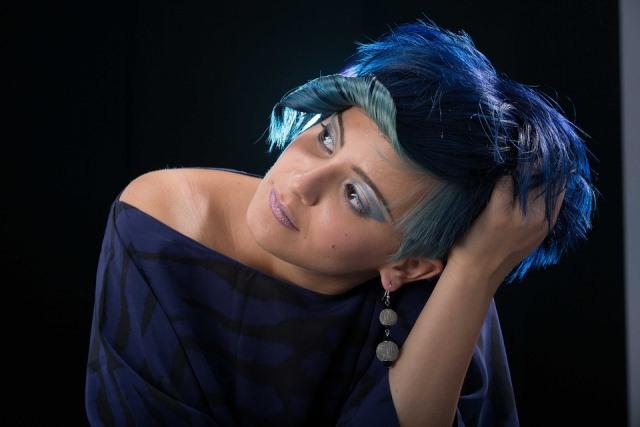 pelo azul corto, con azul oscuro eléctrico y degradado hacia azul claro