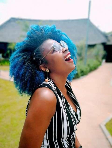 tinte azul para morenas, en cabello rizado