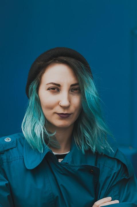 pelo largo con coloración azul eléctrico