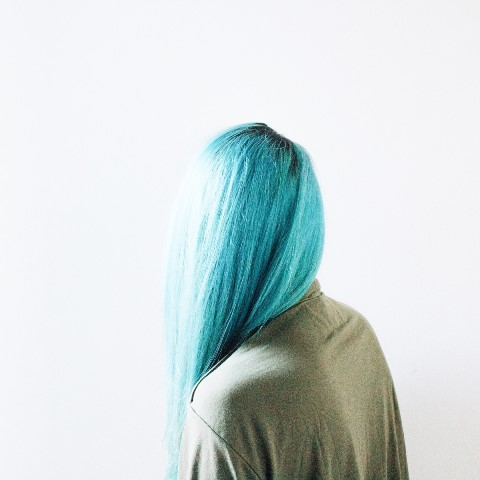 tinte azul turquesa con raíces oscuras
