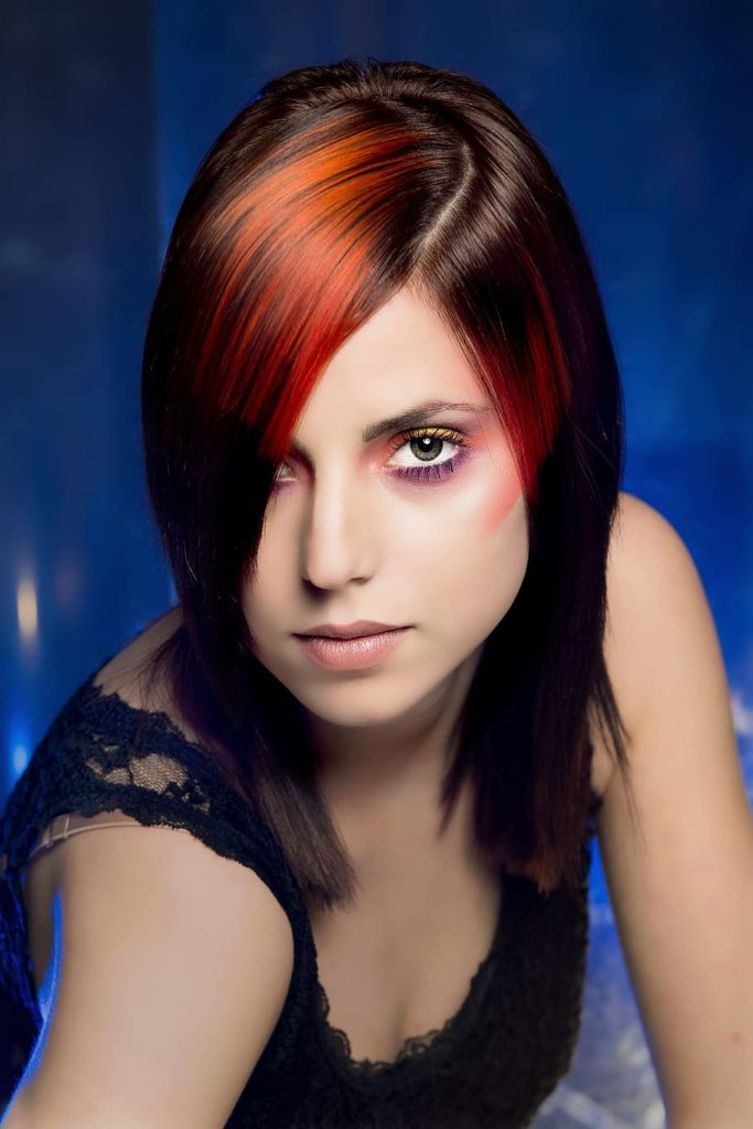 pelo negro con mechas rojas