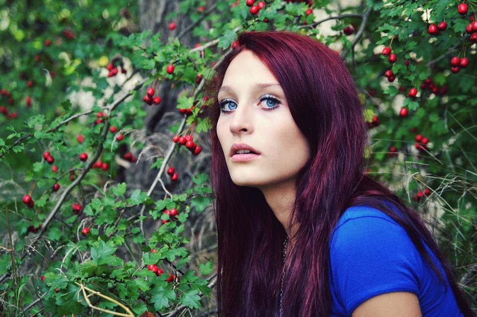 pelo rojo ciruela oscuro