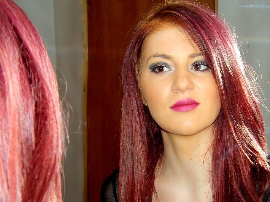 chica con pelo rojo tono ciruela